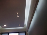 Κρεμαστή οροφή με πλαινό κρυφό φωτισμό και σποτ